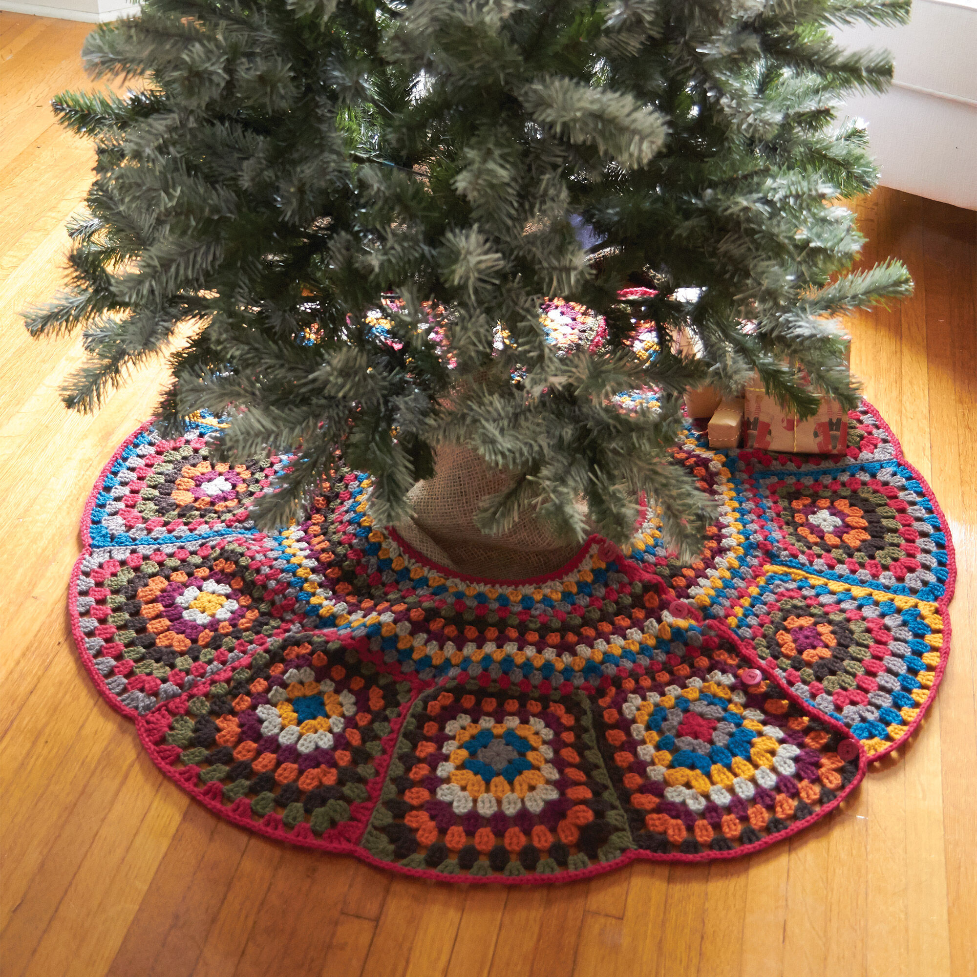 Patons Tricia\'s Tree Skirt | Yarnspirations