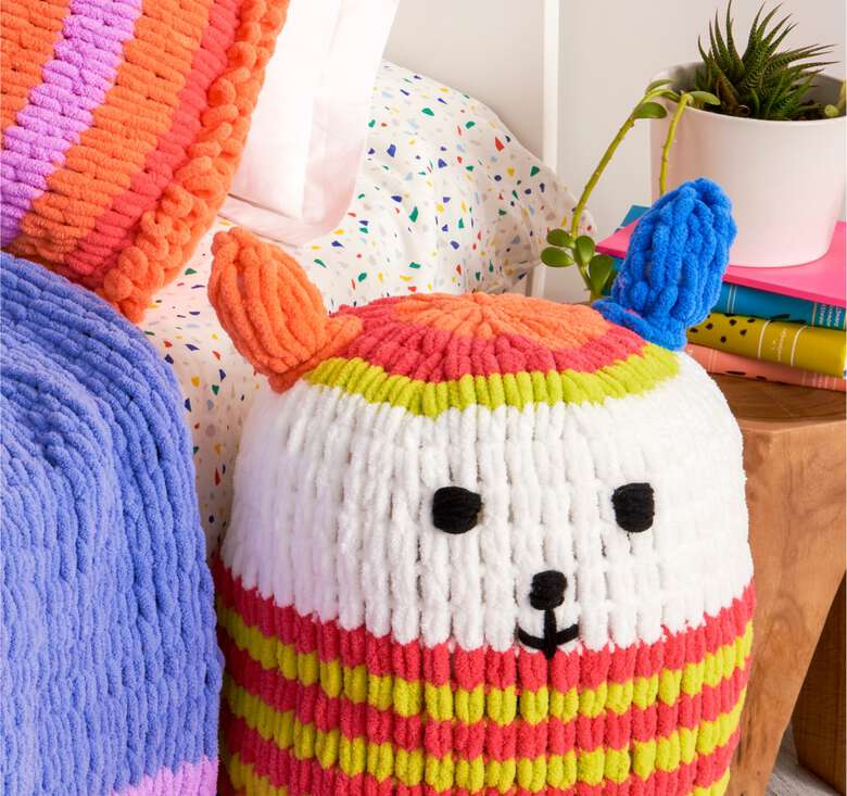 Big and cuddly striped projects for kids & beginners, using no hooks and no needles!