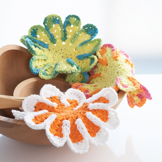 Lily Sugar'n Cream Chrysanthemum Dishcloth in color