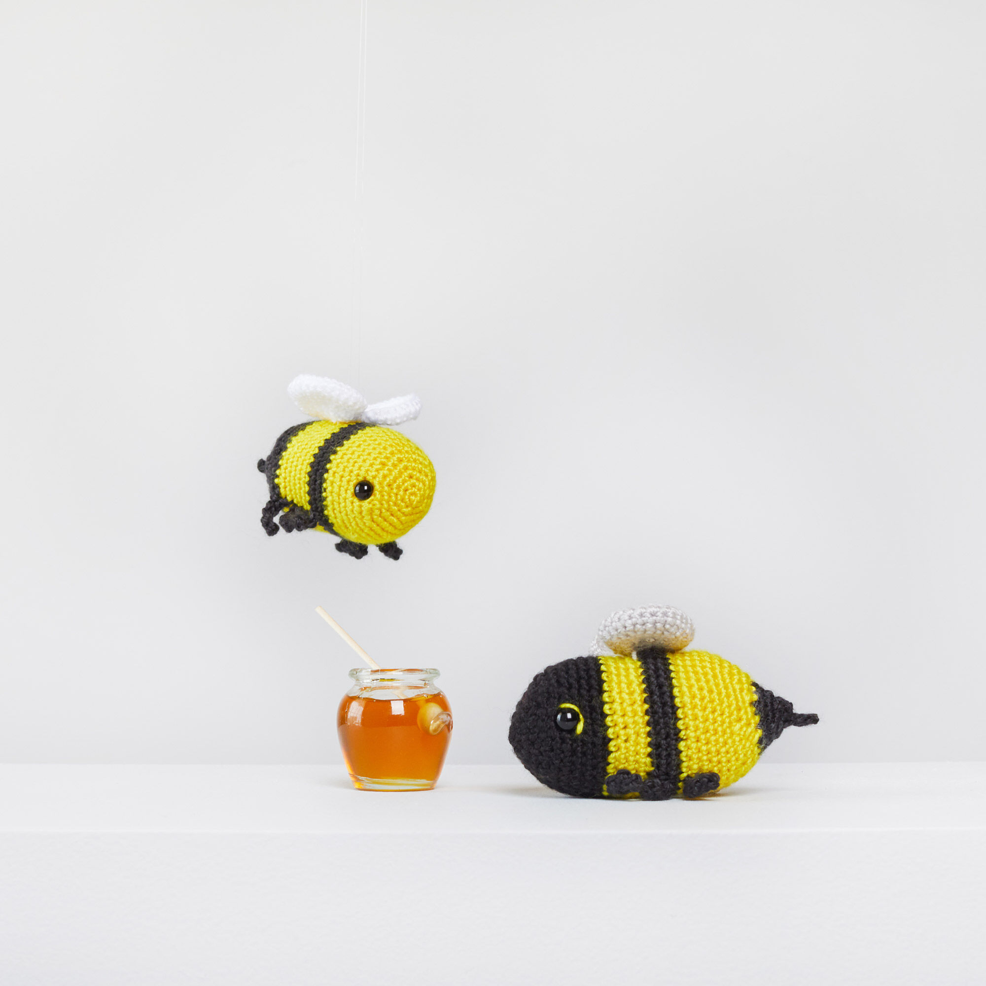 Free crochet pattern: Amigurumi bee rattle | 2000x2000