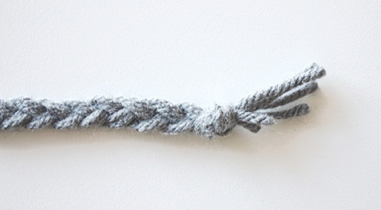 How to make a bookmark out of yarn: Step 3