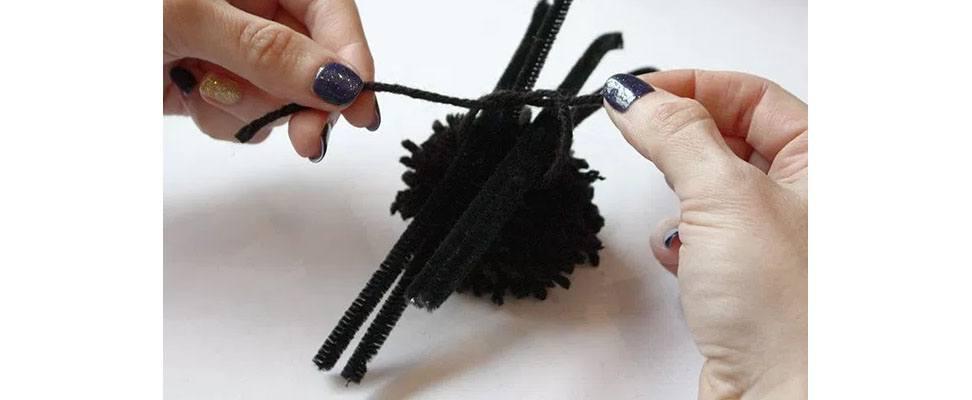Pompom Spider in Bernat Super Value yarn Step 4