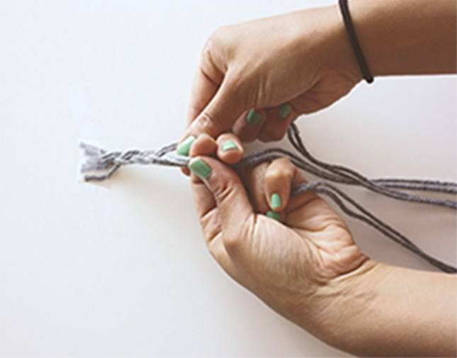 How to make a bookmark out of yarn: Step 2